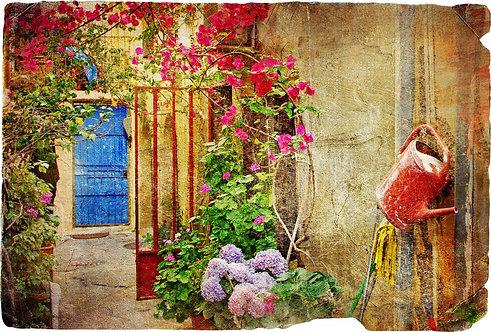 Дворик с цветами в греческом городе Ханья