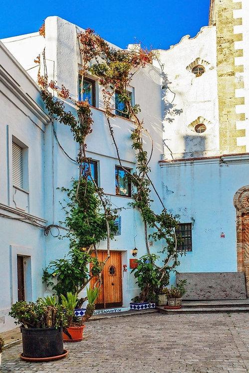 Улочка старого испанского городка под голубым небом