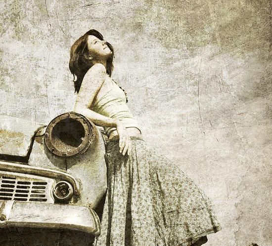 Девушка и ретро-автомобиль. Черно-белое винтажное фото