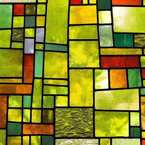 Многоцветное витражное окно с хаотичным рисунком в зеленых тонах
