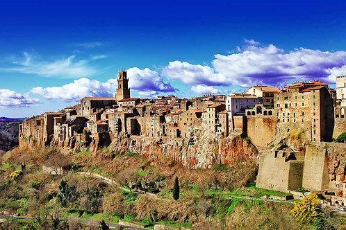 Небольшой средневековый итальянский город Питильяно на скале
