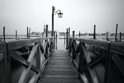 Черно-белая набережная в Венеции