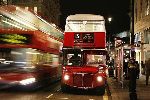 Лондонский красный автобус ночью
