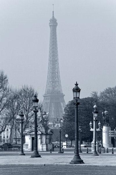 Уличные фонари с Эйфелевой башней на заднем плане в Париже