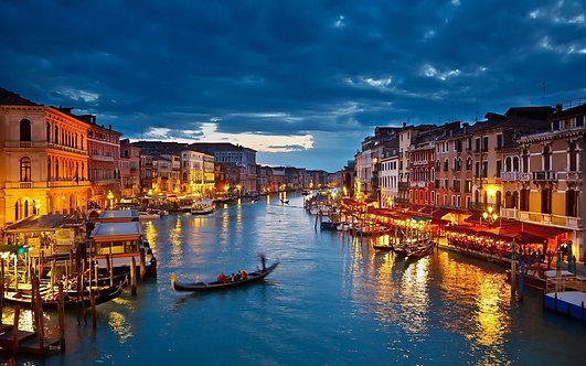 Гранд-канал с моста Риальто в сумерки в Венеции