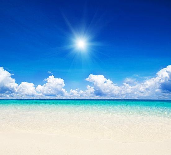 Голубое солнечное небо над морем