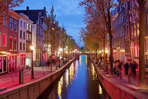 Амстердамский район красных фонарей в центре города в сумерках