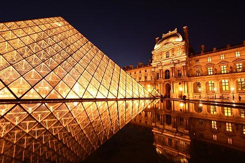 Парижский Лувр ночью