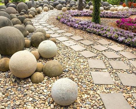 Аллея с камнями в саду