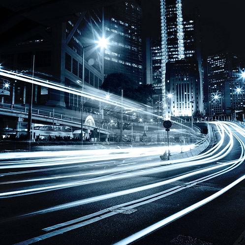 Движущийся через ночной город автомобиль с размытым светом