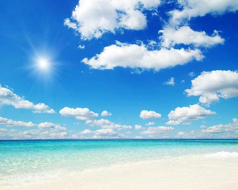 Голубое солнечное небо над тропическим морем