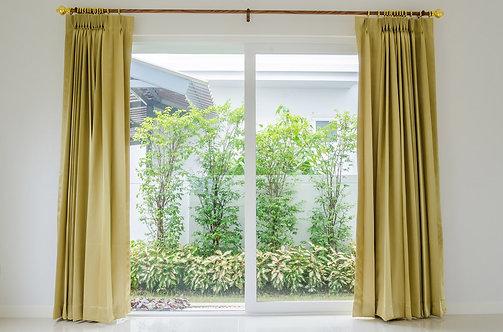 Вид из высокого окна в сад