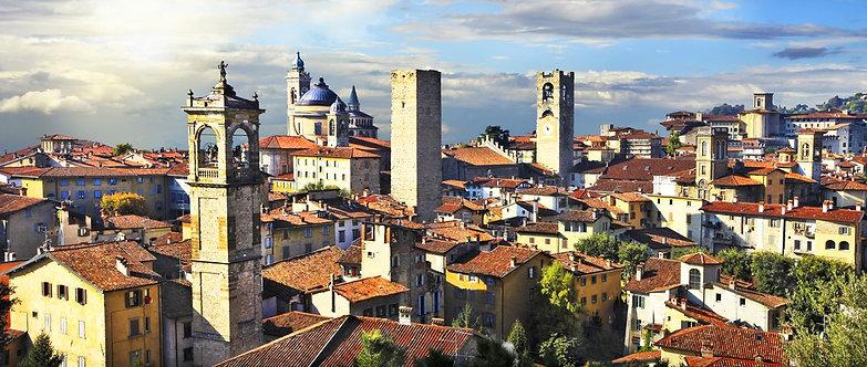 Панорама старого Бергамо на закате - Италия