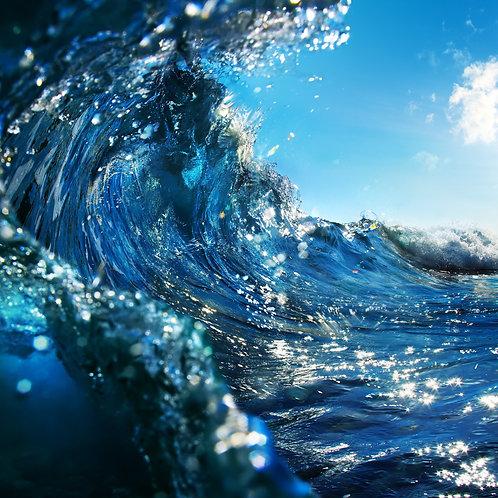 Синяя океанская волна во время заката
