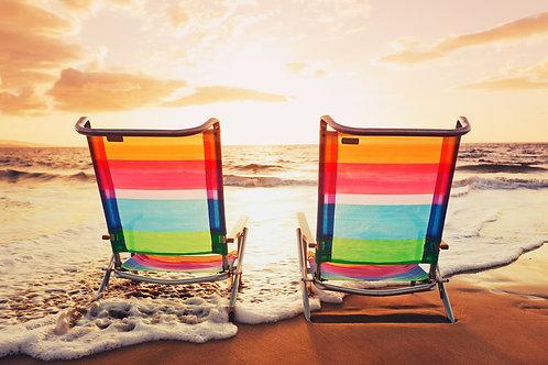 Два шезлонга на пляже на фоне заката - Гавайи