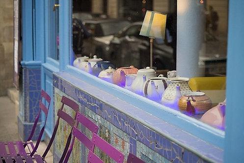 Красивый кафетерий с чайниками в центре Парижа
