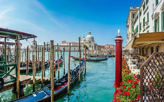 Гондолы на Гранд-канале и собор Санта-Мария делла Салюте в Венеции