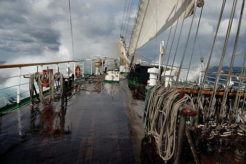 Вид с палубы парусного корабля во время шторма