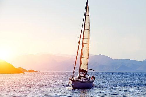 Красивая гоночная яхта в Средиземном море с голубым небом и горами