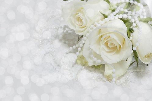Белые розы с жемчугом на белом кружевном фоне