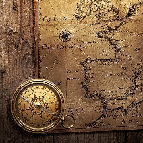 Старинный компас на винтажной карте