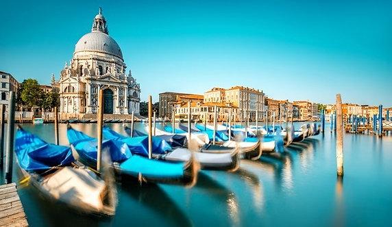 Городской пейзаж в Венеции с базиликой Санта-Мария-делла-Салюте с гондолами на Г