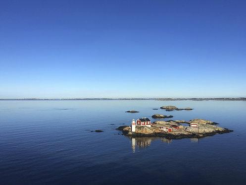 Морской пейзаж с видом на шведский фьорд и небольшой маяк на скалистом острове