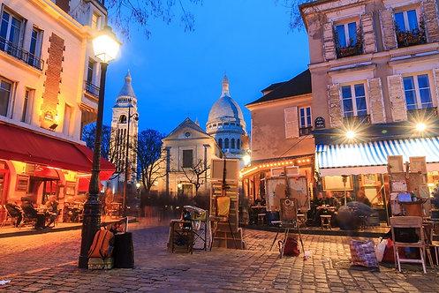 Прекрасный вечерний вид на площадь Тертр и базилику Сакре-Кёр в Париже