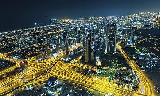Вид сверху на центр Дубая с искусственным озером и небоскребами