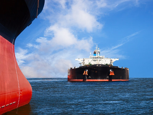 Два танкера следуют одним курсом