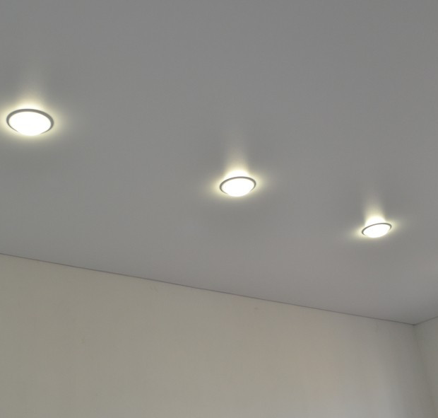stretch-ceiling-room-white-matte-lamps.j