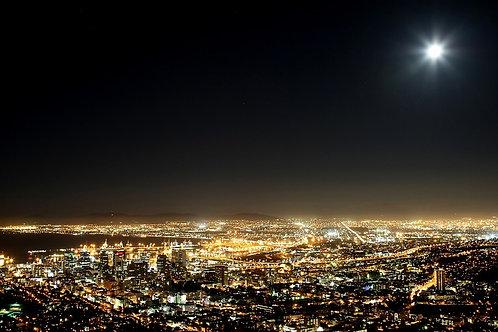 Вид на ночной Кейптаун и Луна в небе