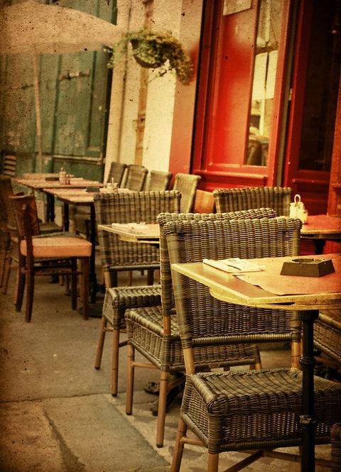 Старинная кофейная терраса в Париже