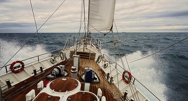Вид на палубу парусной яхты