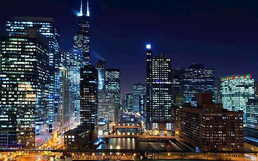 Город Чикаго и река Чикаго с мостами в ночное время