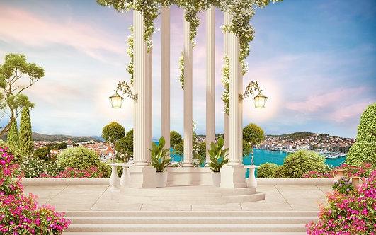 Старые колонны с цветами и видом на море