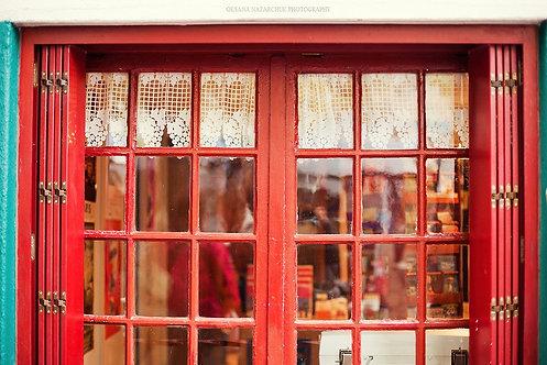 Дом с красными окнами в Париже