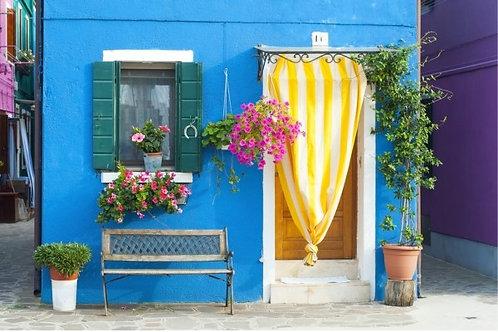 Бурано полный цветов в лагуне - Италия