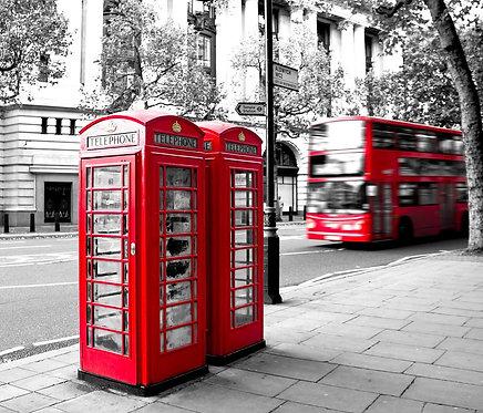 Красная телефонная будка и красный лондонский автобус