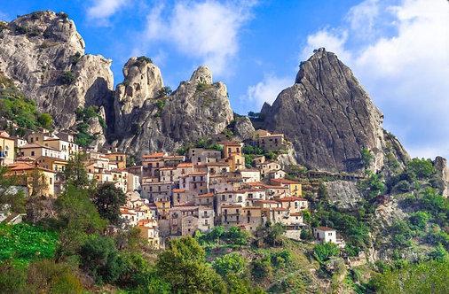 Горный итальянский городок Кастельмедзано