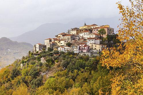 Живописный маленький городок Колли-а-Вольтурно в Италии