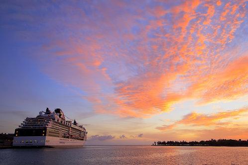 Гавайский круизный лайнер на закате