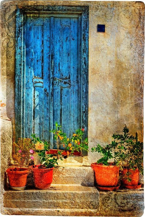Винтажный дворик с цветами в Греции