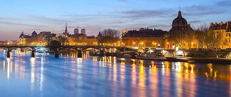 Река и старый город Парижа в лучах восходящего солнца