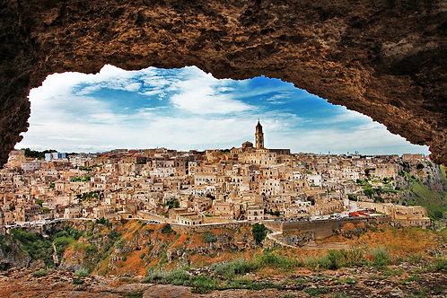 Вид из пещеры на итальянский город Матера