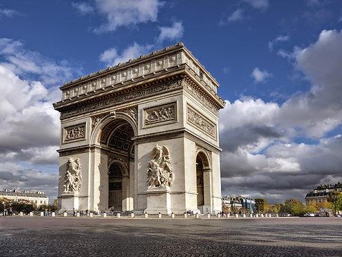 Триумфальная арка в Париже с живописными облаками и голубым небом