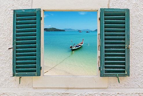 Вид на море и лодку через открытое окно в Италии