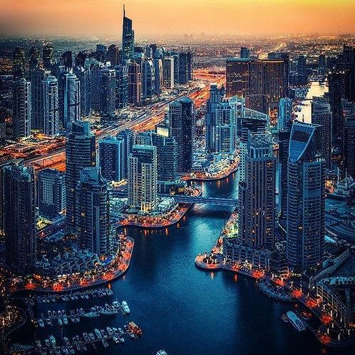 Дубайский морской пейзаж в сверкающих огнях