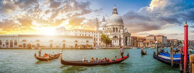 Прекрасный панорамный вид на традиционные гондолы на канале Гранде и базилику Санта-Мария-делла, Венеция | #428991877