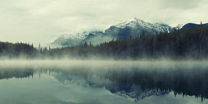 Горное озеро Херберт в Канаде с легкой туманной дымкой над водой